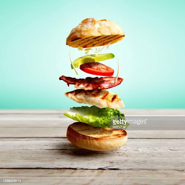sandwich à la salade de poulet - poulet grillé photos et images de collection
