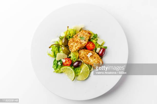 chicken salad with vegetables and olives - poulet viande blanche photos et images de collection