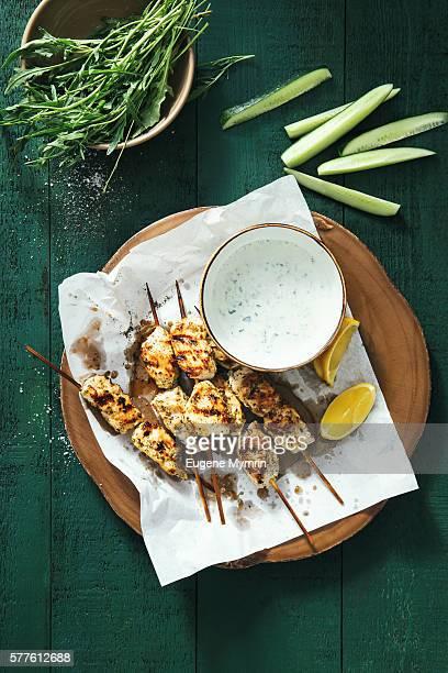 chicken satay with yoghourt sauce - bratspieß stock-fotos und bilder
