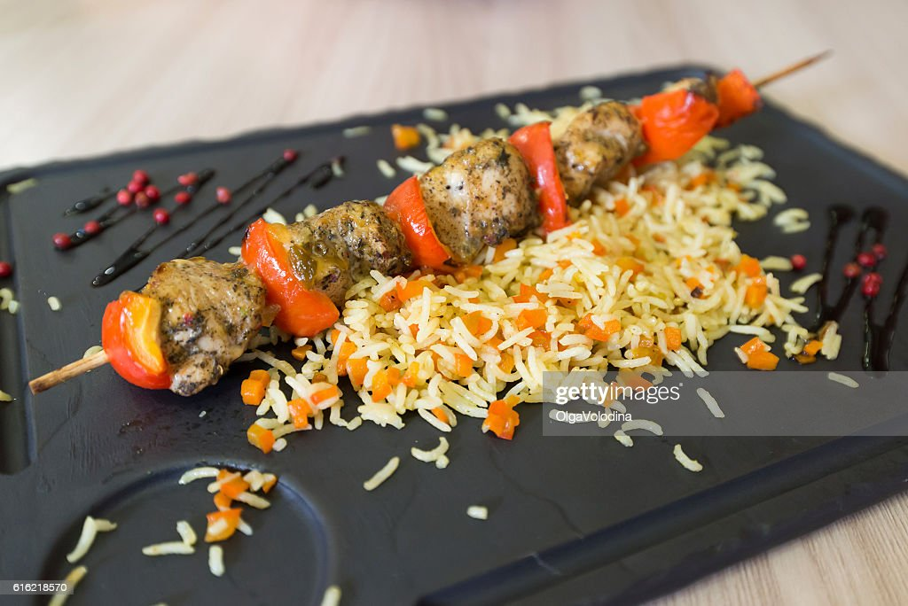 Chicken shish kebab and rice with vegetables : Stockfoto