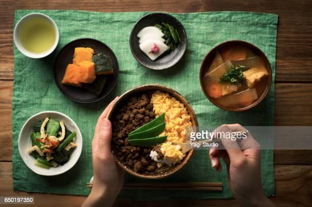 鶏そぼろとスクランブルエッグと米料理のボウルで tepary 豆。