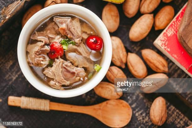 sopa de galinha, cozinha cantonesa, características chinesas, sopa velha da galinha da matriz - chicken soup - fotografias e filmes do acervo