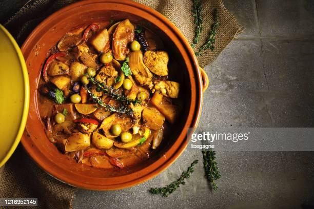 tagine de pollo con aceitunas verdes y limón confitado - tajine fotografías e imágenes de stock