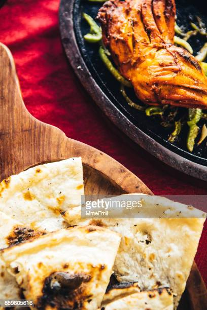 ナンと鋳鉄製プレートにタンドリー チキンします。北インド料理