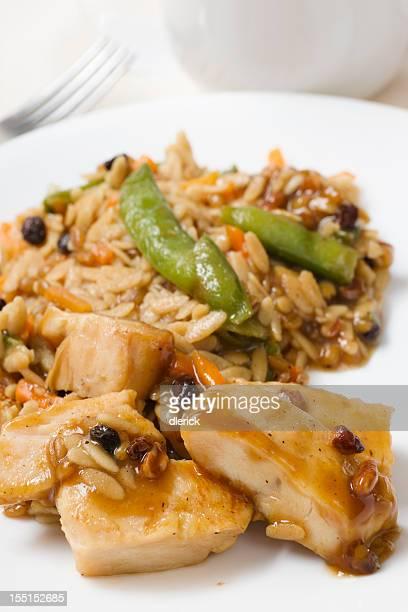 Frango com arroz e produtos hortícolas