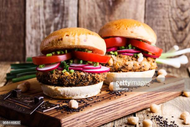 chickpea veggie burger with fresh vegetables - vegana fotografías e imágenes de stock