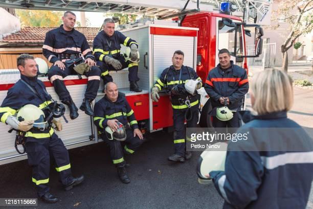 定期的なブリーフィングを行うチーフ女性消防士 - 酋長 ストックフォトと画像