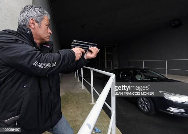 'TERRORISTES ET MANIFESTANTS LES DEUX CASSETETES DES CHAUFFEURS DE VIP' Chief instructor JeanYves Pezant prepares to shoot on a car with a paintball...