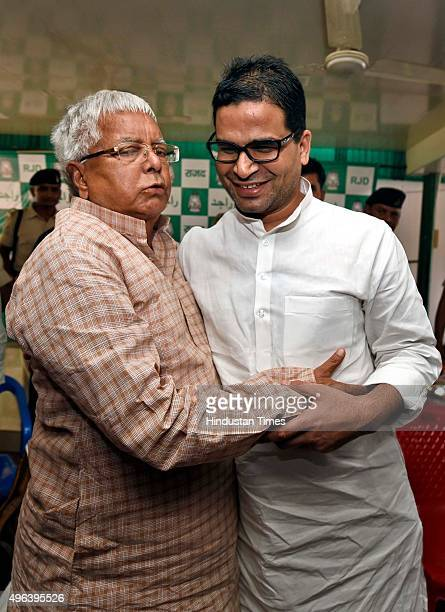 Chief Lalu Prasad with son Tejashwi Yadav and election campaign strategist Prashant Kishor at his residence on November 9 2015 in Patna India The...