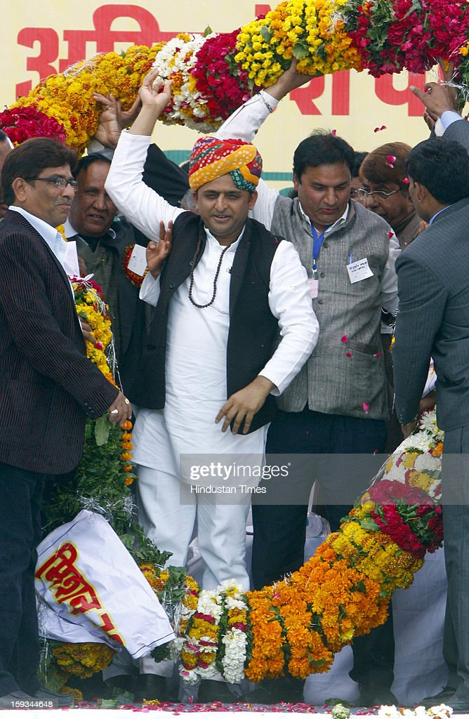 Akhilesh Yadav Felicitates By Rajasthan State Government Employees Association
