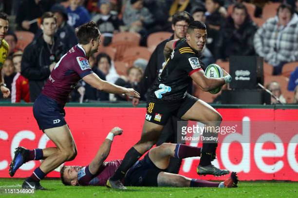 Chiefs Etene NanaiSeturo runs away for a try during the round 15 match between the Chiefs and the Reds at FMG Stadium on May 24 2019 in Hamilton New...