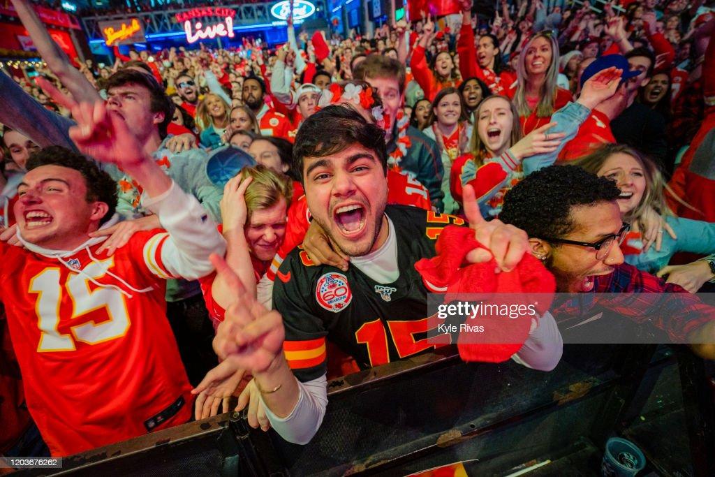 Kansas City Chiefs Fans Watch Super Bowl LIV Against The San Francisco 49ers : ニュース写真