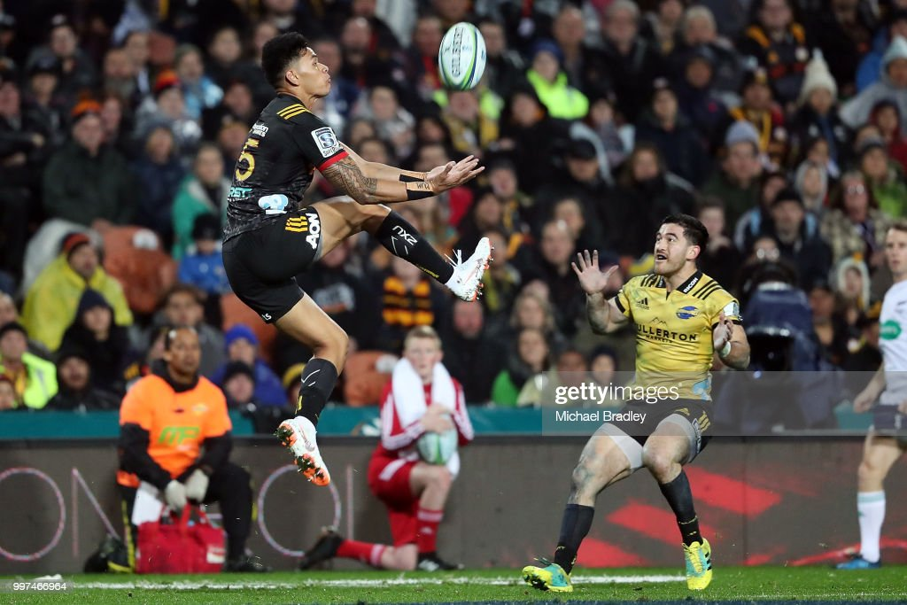 Chiefs Solomon Alaimalo (L) takes the high ball ahead of the Hurricanes' Nehe Milner-Skudder (R) during the round 19 Super Rugby match between the Chiefs and the Hurricanes at Waikato Stadium on July 13, 2018 in Hamilton, New Zealand.