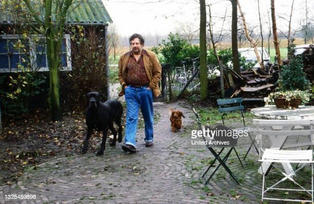 Chiem van Houweninge, niederländischer Drehbuchautor und Schauspieler, zuhause mit den Hunden in Vlaardingen, Niederlande um 1998.