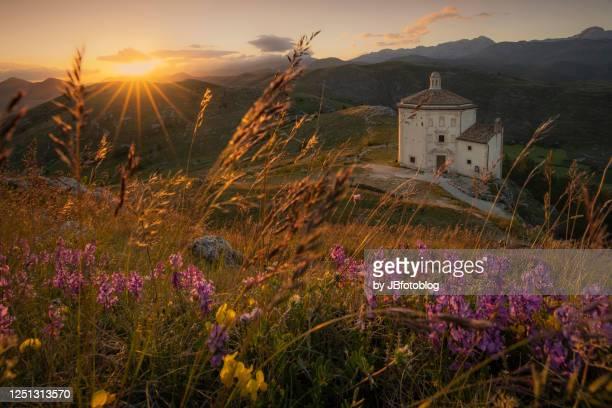 chiesa di santa maria della pietà di calascio al tramonto - abruzzo foto e immagini stock