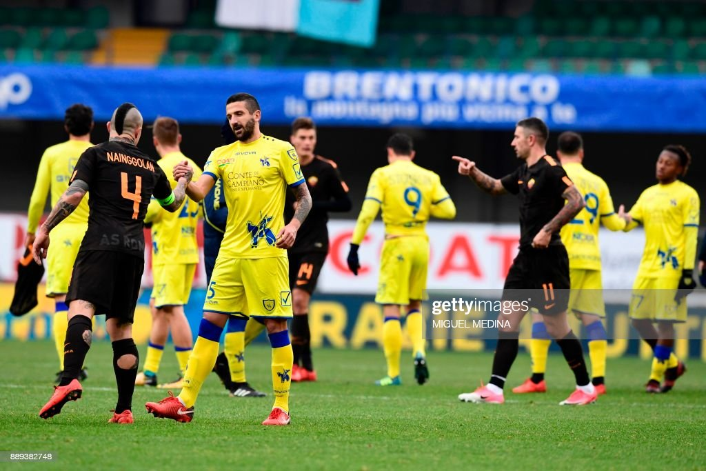 Chievo and Roma players shake hands at the end of the Italian Serie A football match between AC Chievo and AS Roma at the Bentegodi stadium in Verona on December 10, 2017. /
