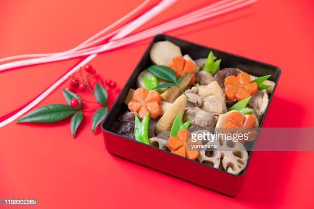 ちくぜんで、日本の一つもの料理、鶏肉と野菜の煮込み、伝統的な新年の食べ物 - 煮物 ストックフォトと画像