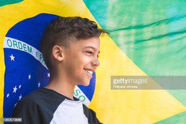 Criança contra a bandeira do Brasil
