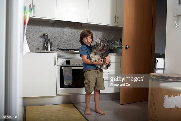 les enfants et les animaux de compagnie en cuisine - cuisine non professionnelle photos et images de collection