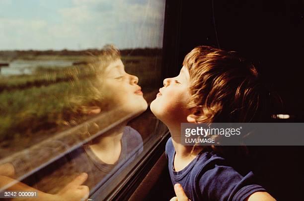 child and reflection in window - trein stockfoto's en -beelden