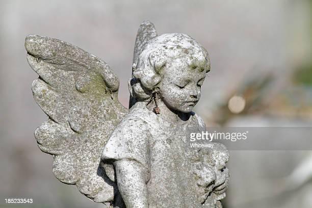 Kind Engel in alten Betrachtung