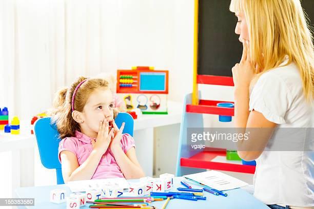 Criança em Terapia da fala sessão.