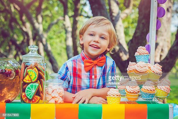 Enfant derrière lemonade stand