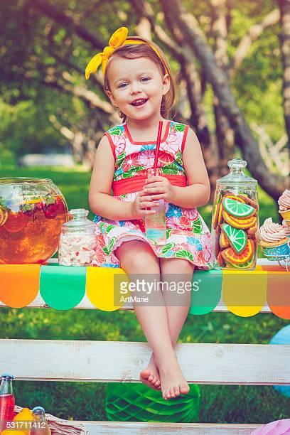 Kind hinter Limonadenstand