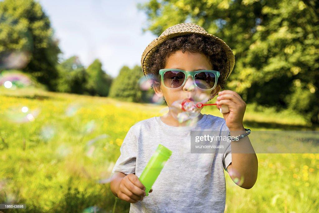 Kind Blasen Blasen im park : Stock-Foto
