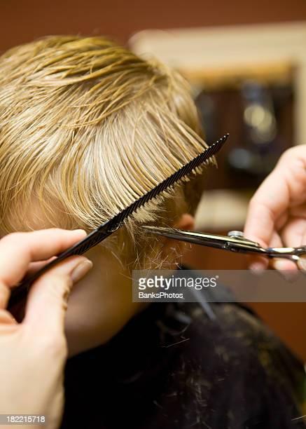 Criança Menino com um corte de cabelo