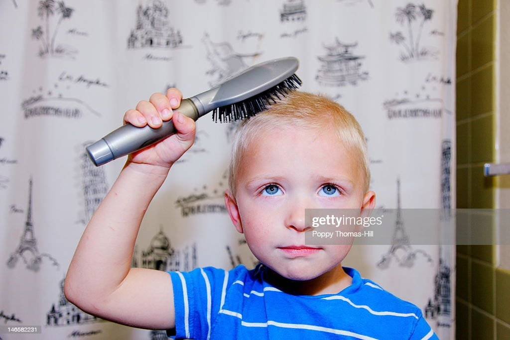 Child brushing hair : Stockfoto