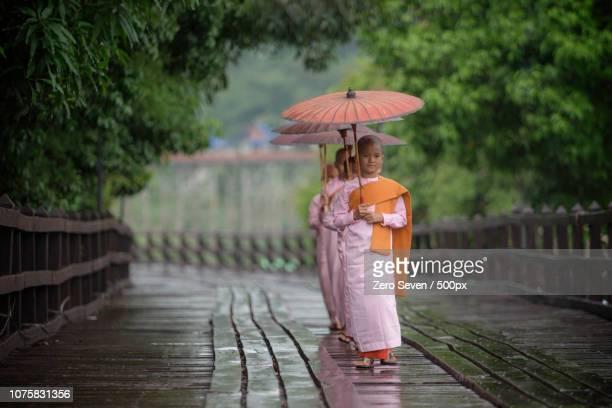 child burmese  nun on bridge - nun stock-fotos und bilder