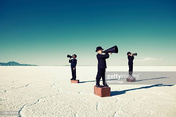 Kind Business Team Yell durch Megaphones