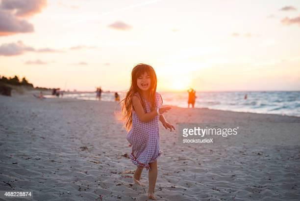Niño de vacaciones en la playa del caribe