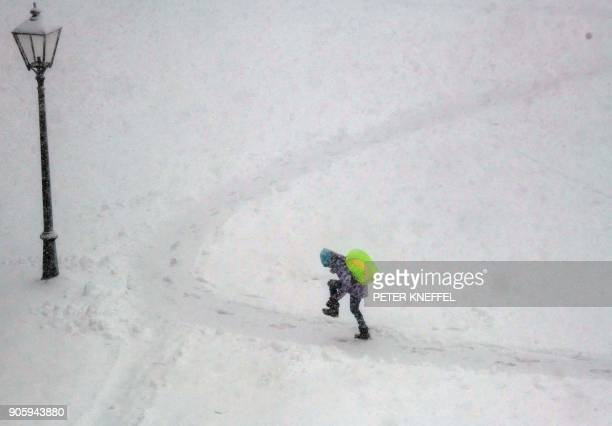 A child carrying a schoolbag walks through the snow on January 17 2018 in Irsee southern Germany / AFP PHOTO / dpa / Peter Kneffel / Germany OUT
