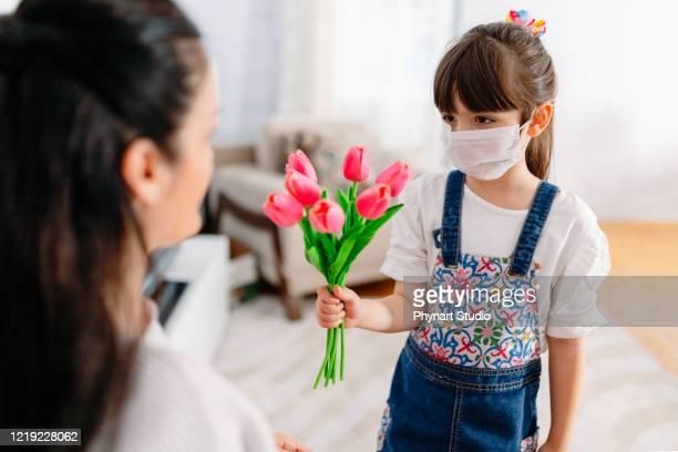 criança comemorando o dia das mães em casa em dias de quarentena. - mothers day - fotografias e filmes do acervo