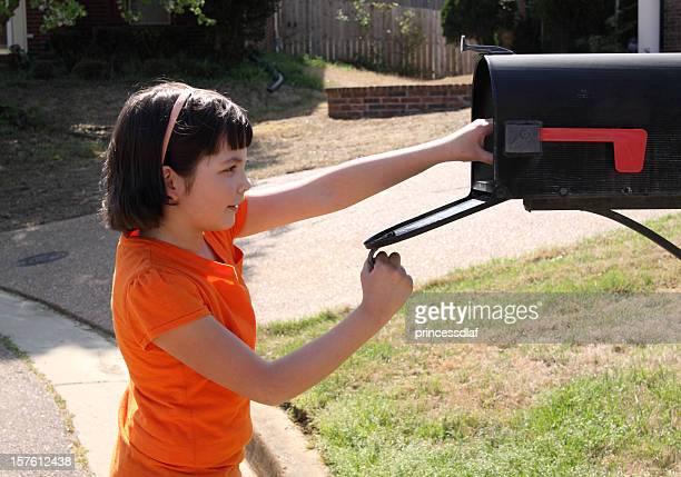 Enfant contrôlant la boîte aux lettres