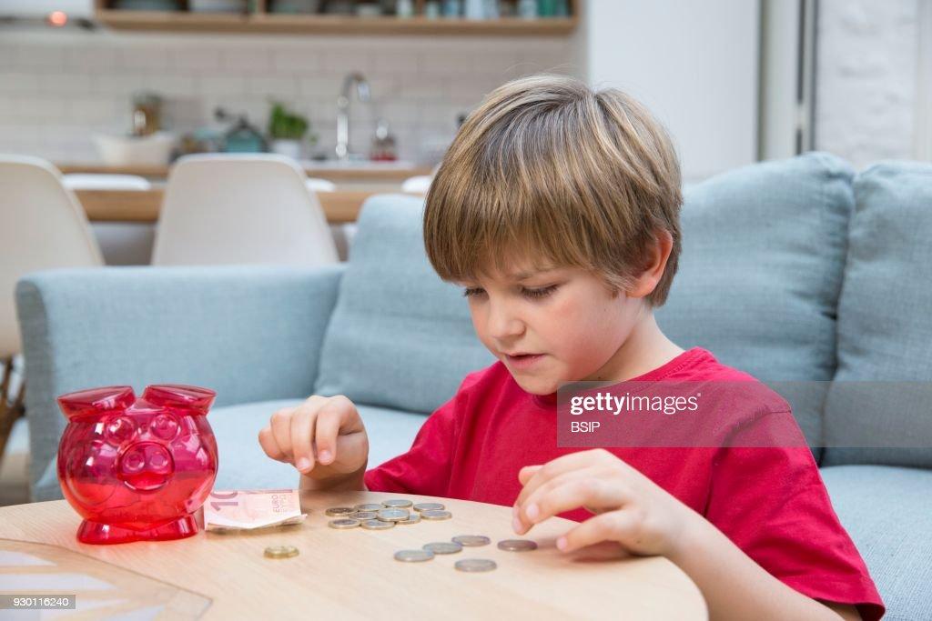Child With Money : Nachrichtenfoto