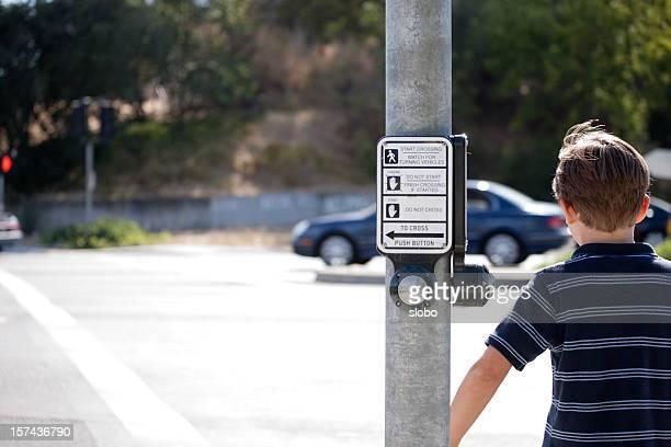 Kind Überqueren der Straße
