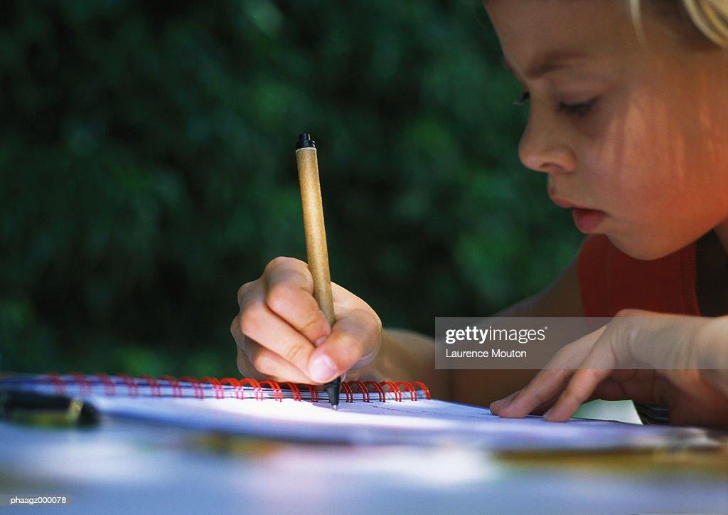 Child doing homework : Stockfoto