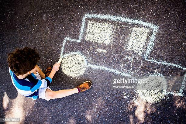 Kinder zeichnen mit Kreide auf street Auto