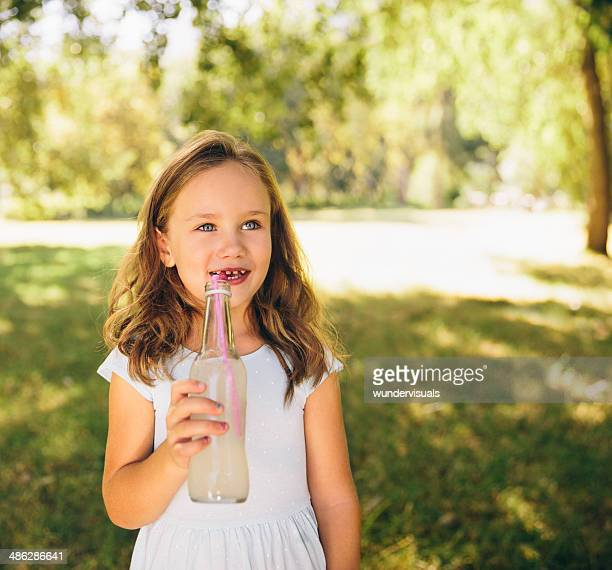 Kind Trinken im park
