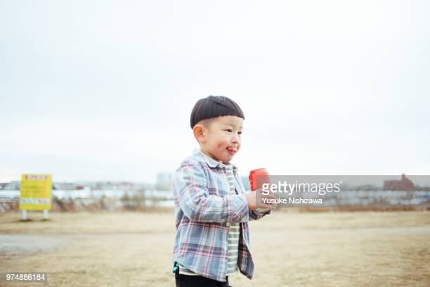 child drinking juice - yusuke nishizawa stock pictures, royalty-free photos & images