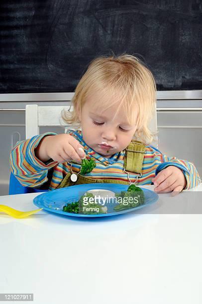 Enfants mangeant Brocoli
