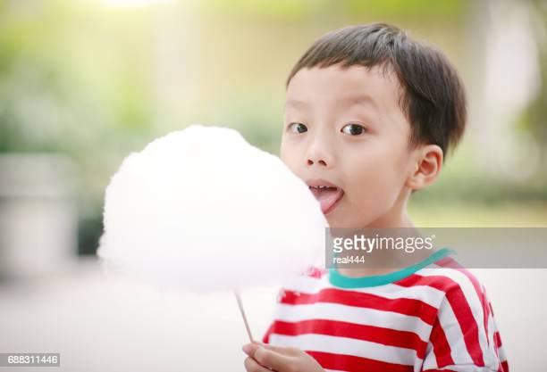 綿菓子や綿菓子を食べる子