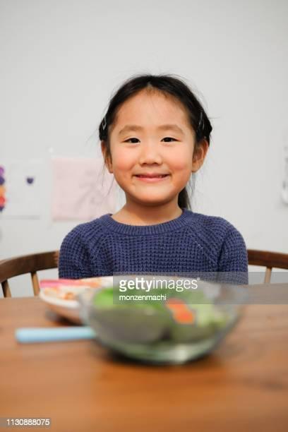 enfant mangeant le riz de curry à la maison - yōshoku photos et images de collection