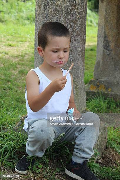 child eating ice cream - sleeveless stock pictures, royalty-free photos & images