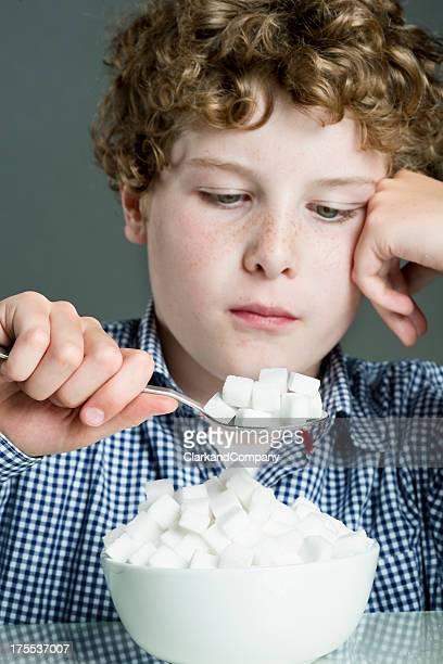 Enfant de manger trop Concept de sucre