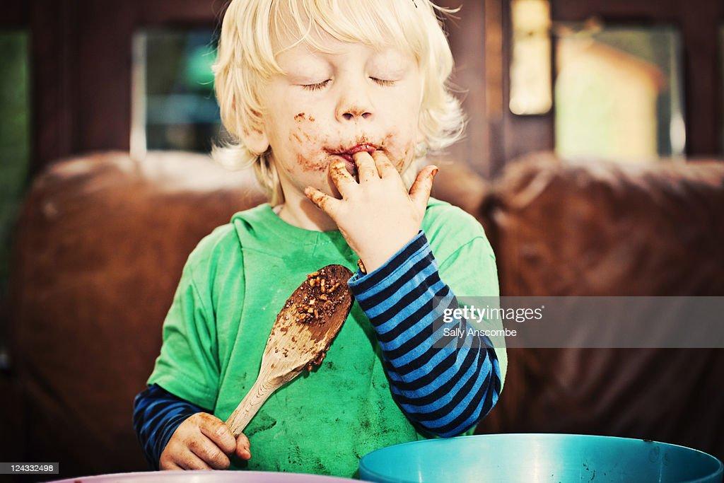 Child enjoying eating chocolate : Stockfoto