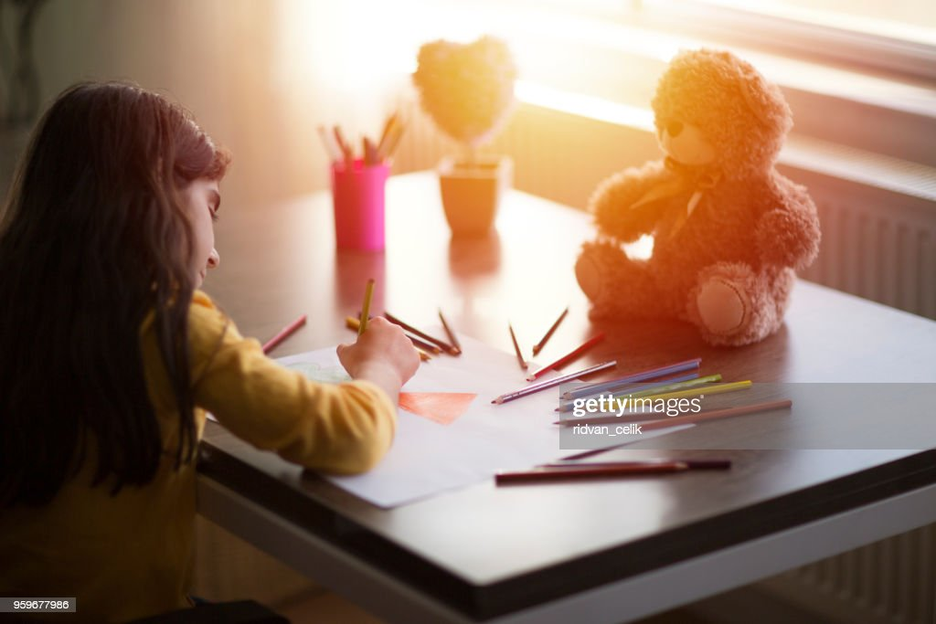 Kind Mädchen zieht mit Buntstiften : Stock-Foto